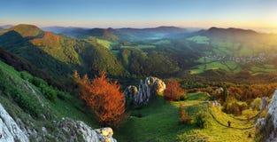 Paisagem com as montanhas rochosas no por do sol Imagem de Stock
