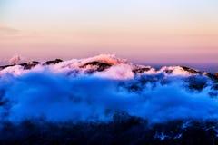 Paisagem com as nuvens cor-de-rosa sobre a montanha Fotografia de Stock