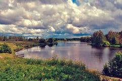 Paisagem com as nuvens da reflexão do lago Imagens de Stock Royalty Free