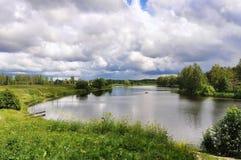 Paisagem com as nuvens da reflexão do lago Imagem de Stock
