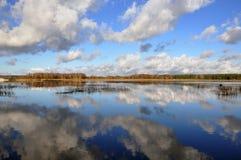 Paisagem com as nuvens escuras grandes fotografia de stock royalty free