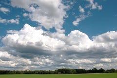 Paisagem com as nuvens grandes no céu Fotografia de Stock Royalty Free