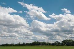 Paisagem com as nuvens grandes no céu Imagem de Stock
