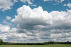 Paisagem com as nuvens grandes no céu Fotografia de Stock