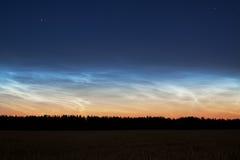 Paisagem com as nuvens noctilucent raras Foto de Stock Royalty Free