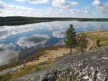 Paisagem com as nuvens refletidas na água Fotos de Stock Royalty Free
