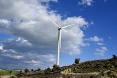 Paisagem com céu nebuloso e moinho de vento Foto de Stock