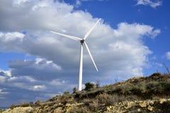 Paisagem com céu nebuloso e moinho de vento Imagens de Stock Royalty Free