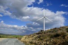 Paisagem com céu nebuloso e moinho de vento Fotos de Stock Royalty Free
