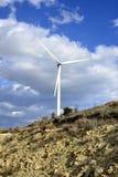 Paisagem com céu nebuloso e moinho de vento Foto de Stock Royalty Free