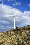 Paisagem com céu nebuloso e moinho de vento Fotos de Stock
