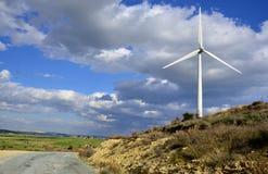 Paisagem com céu nebuloso e moinho de vento Fotografia de Stock Royalty Free