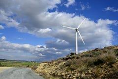 Paisagem com céu nebuloso e moinho de vento Imagem de Stock