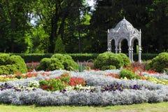 Paisagem com camas de flor e um miradouro Fotos de Stock Royalty Free