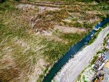 Paisagem com campo, rio e descarga Fotografia de Stock