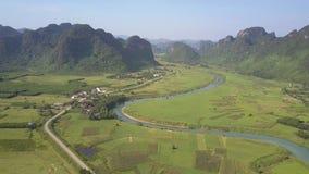 Paisagem com campos do rio e vista aérea velha das montanhas filme