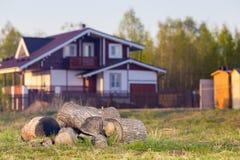 Paisagem com casa de campo e lenha Fotos de Stock Royalty Free