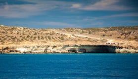 Paisagem com cavernas do mar Imagens de Stock Royalty Free