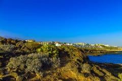 Paisagem com a cidade na costa do oceano Foto de Stock