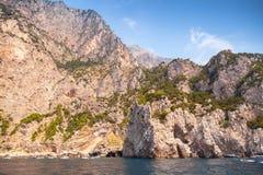 Paisagem com a costa rochosa da ilha de Capri Imagens de Stock