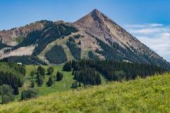 Paisagem com crista da montanha de Colorado do montículo fotografia de stock