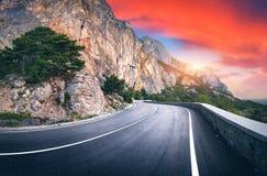 Paisagem com a estrada bonita da montanha do enrolamento Fotografia de Stock Royalty Free