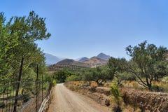 Paisagem com estrada e montanhas na Creta Foto de Stock