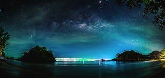 Paisagem com galáxia da Via Látea Céu noturno com estrelas fotos de stock royalty free