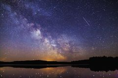 Paisagem com galáxia da Via Látea Céu noturno com estrelas imagem de stock
