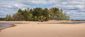 Paisagem com ilha e istmo, areia, água, floresta, céu, Rússia fotografia de stock