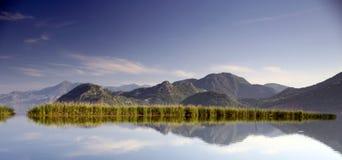 Paisagem com lago e as montanhas bonitas Imagem de Stock
