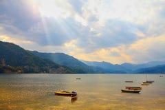 Paisagem com lago e montanhas Imagens de Stock