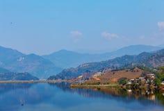Paisagem com lago e montanhas Fotos de Stock
