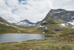Paisagem com lago e montanhas em Noruega Foto de Stock