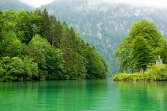 Paisagem com lago em um dia nebuloso imagens de stock