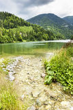 Paisagem com lago Galbenu em Romênia Imagens de Stock
