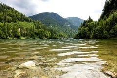 Paisagem com lago Galbenu em Romênia Fotografia de Stock