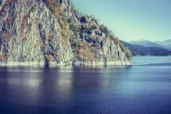 Paisagem com lago Vidraru, Romênia Fotografia de Stock