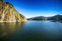 Paisagem com lago Vidraru, Romênia Imagem de Stock