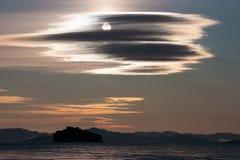 Paisagem com a Lua cheia em nuvens cinzentas bonitas Fotografia de Stock