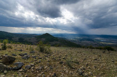 Paisagem com luz do sol da pedra e da montanha Fotos de Stock Royalty Free