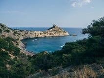 Paisagem com mar e montanhas e floresta Imagens de Stock Royalty Free