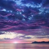 Paisagem com mar e montanhas no nascer do sol Imagens de Stock Royalty Free