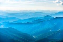Paisagem com montanhas azuis Fotos de Stock