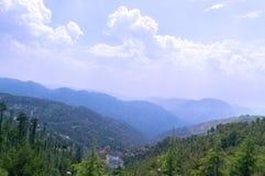 Paisagem com montanhas e árvores Foto de Stock Royalty Free