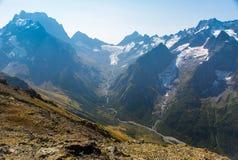 Paisagem com montanhas e o céu azul Fotografia de Stock