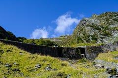 Paisagem com montanhas e o céu azul Imagens de Stock