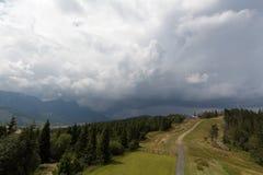 Paisagem com montanhas e o céu nebuloso Fotos de Stock Royalty Free