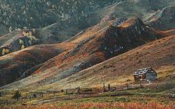 Paisagem com montanhas e uma gaiola imagens de stock royalty free