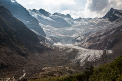 Paisagem com montanhas e uma geleira de derretimento Fotografia de Stock